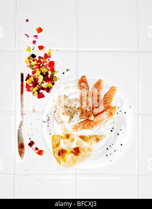Fisch-Snack, Lachs und Jakobsmuscheln mit Pita-Brot und Salat serviert Stockbild