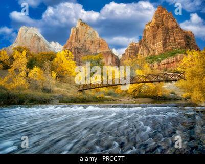 Gericht der Patriarchen und Virgin River und Fsll Farbe. Zion Nationalpark, Utah Stockbild