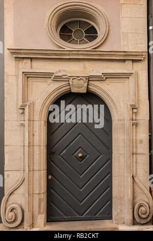 Alte Tür eines historischen Gebäudes mit Treppe Stockbild