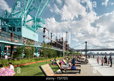 Lounge und Liegewiese entlang des East River. Domino Park, Brooklyn, USA. Architekt: James Corner Field Operations, 2018. Stockbild