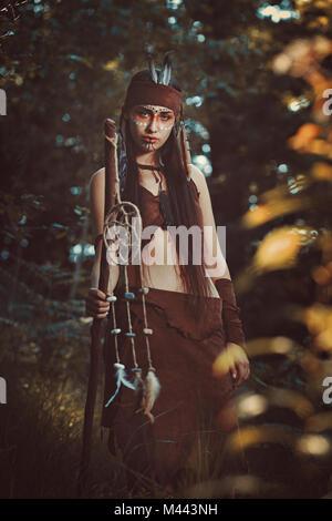 Schöne weibliche Schamanen. Bunte Wälder Stockbild