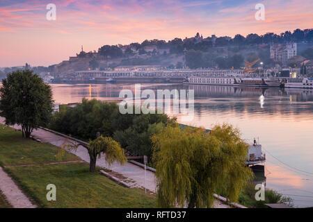 Blick auf die schwimmende Bars und Nachtklubs auf Sava über Victor Denkmal an der Belgrader Festung, Belgrad, Serbien, Europa Stockbild
