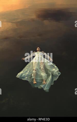 Tote Braut schweben in dunklen See Gewässer Stockbild