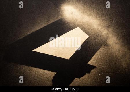 Golden abstrakte Komposition auf der schwarzen Oberfläche mit Spray gemacht. Stockbild