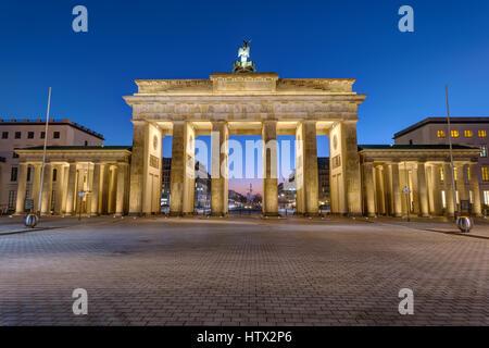 Die Rückseite des Brandenburger Tor in Berlin bei Nacht Stockbild