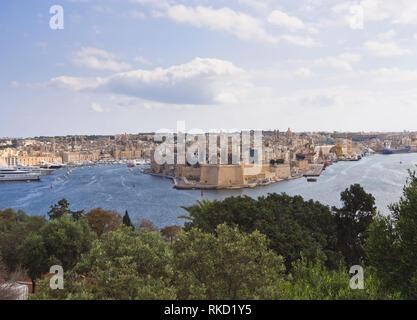 Anzeigen von Valetta über dem Wasser des Grand Harbour zu den Wänden der Gardjola Gärten in Senglea Malta Stockbild
