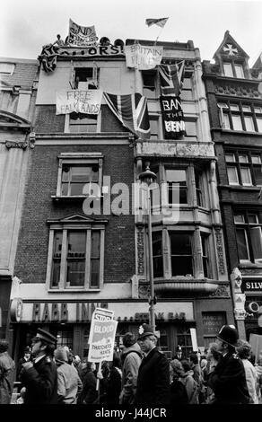 Anti-Falkland Krieg demo Whitehall London Mai 1983 mit Zähler Demo, Leute hängen Banner von bauen, die Stockbild