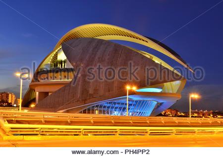 Palau de les Arts Reina Sofia - moderne Oper außen in der Dämmerung, die Stadt der Künste und Wissenschaften in Valencia Spanien Europa. Stockbild