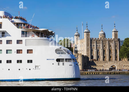 England, London, Kreuzfahrtschiffe und dem Tower von London Stockbild