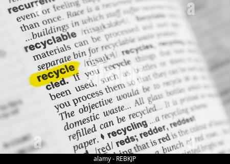 """Hervorgehobene englische Wort """"recyceln"""" und seiner Definition im Wörterbuch. Stockbild"""