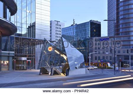 Rondo ONZ - moderne Metro Station Eingang und Hi-Gebäuden des Warschauer central business district in Polen Europa. In der Dämmerung beleuchtet. Stockbild