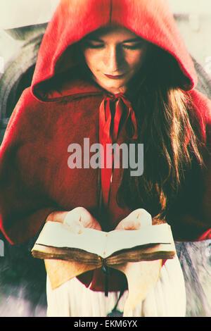 Frau auf der Suche nach einem Buch Stockbild