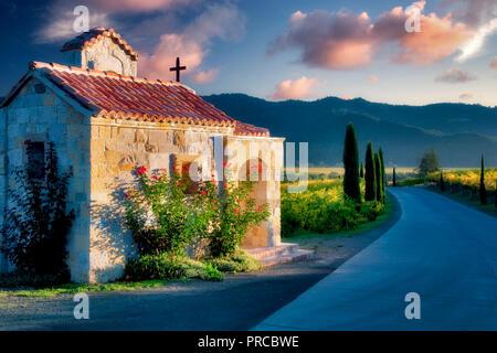 Kleine Kapelle mit Rosen am Eingang des Castello di Amorosa. Napa Valley, Kalifornien. Eigenschaft relased Stockbild