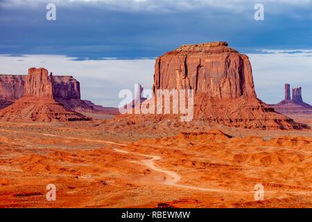 Merrick Butte und die Felsformationen des Monument Valley, Navajo Tribal Park, Arizona, USA Stockbild