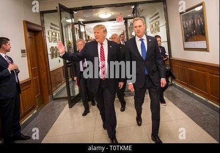 Us-Präsident Donald Trump, Links, Wellen an Mitarbeiter, als er durch US-Verteidigungsminister Patrick Shanahan bei seinem Besuch im Pentagon März 15, 2019 in Washington, D.C. begleitet ist Stockbild