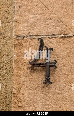 Nummer 4 des Hauses mit Bügeleisen Buchstaben Stockbild