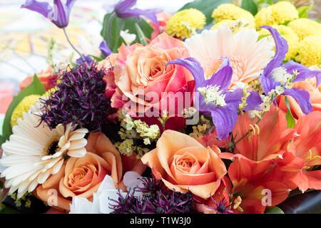 In der Nähe von Bouquet von mehreren bunten Blumen. Stockbild