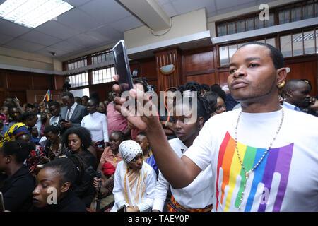 Mitglieder der Lesben, Schwulen, Bisexuellen und Transgender (LGBT) mit einem smart phone Aufzeichnung der Veranstaltung gesehen, nachdem in Kenia ist das Hohe Gericht der Britischen-Ära Strafgesetzbuch kriminalisiert gay sex unterstützen. LGBT Gemeinschaft wollte der Hof einvernehmliche Sex zu entkriminalisieren aber die Richter Chacha Mwita, Roselyne Aburili und Johannes Mativo einstimmig abgelehnt. Stockbild