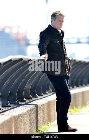 New York, NY, USA. 16 Apr, 2019. Hugh Grant heraus und über für Celebrity Candids-DI, New York, NY, 16. April 2019. Credit: Kristin Callahan/Everett Collection/Alamy leben Nachrichten Stockbild