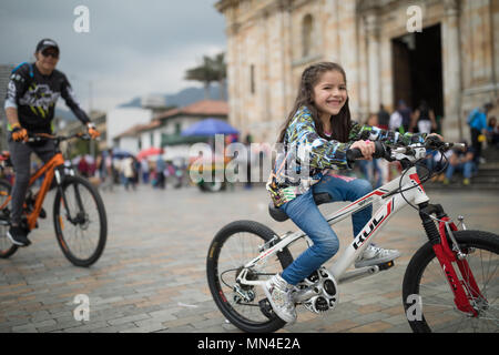 Mädchen auf dem Fahrrad, Plaza de Bolivar, Bogota, Kolumbien, Südamerika Stockbild