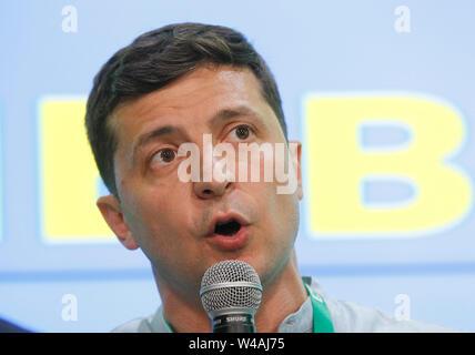 Der Präsident der Ukraine Volodymyr Zelensky spricht nach der Ausfahrt Umfragen Ergebnisse nach einem Tag der Abfrage bei den Parlamentswahlen im dem Land, an seine Partei Diener des Volkes (Sluga Narodu) der Wahl Hauptsitz in Kiew. Am 20. Mai 2019 Präsident der Ukraine Volodymyr Zelensky während seiner Einweihung über aufgelöste Parlament angekündigten und geplanten vorgezogenen Parlamentswahlen für Juli 21. Stockbild