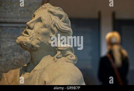 Nahaufnahme des männlichen Statue im Gebäude Stockbild