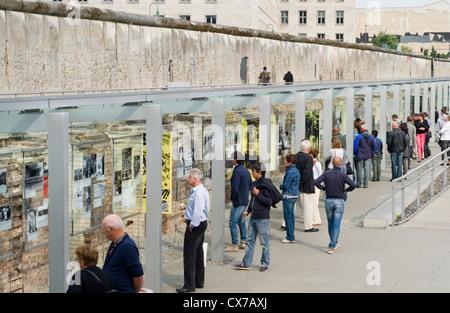 Touristen an der Topographie des Terrors im freien Museum in Berlin, Deutschland, umfasst eine erhaltene Stück Stockbild
