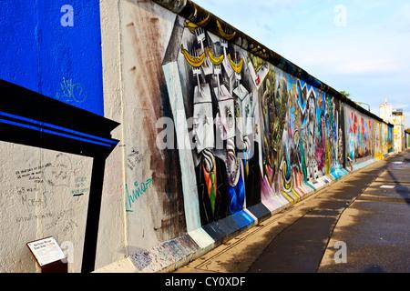 Berliner Mauer Berlin Deutschland bunt dekoriert Berliner Mauer entlang der Spree River East Side Stockbild
