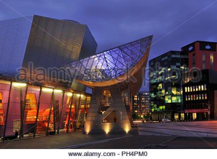 Lowry Arts Center - moderner Veranstaltungsort Gebäude Außen- und Büroimmobilien in der Dämmerung beleuchtet. Salford Quays Manchester England UK. Stockbild