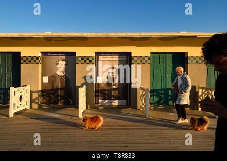 Frankreich, Calvados, Pays d'Auge, Deauville, die berühmten Bretter am Strand, gesäumt von Art Deco Stil Badekabinen, Hommage an Monet und Renoir Stockbild