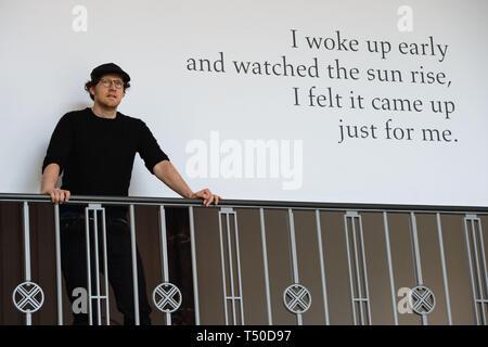 Berlin, Deutschland. 15 Apr, 2019. Künstler Guido van der Werve steht vor einem seiner Zitate in das private Museum der Fluentum Kunstsammlung. Credit: Lisa Ducret/dpa/Alamy leben Nachrichten Stockbild