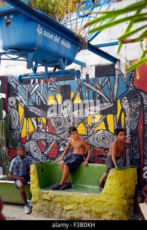 Jungen vor Straße Wandgemälde im Callejon de Hamel, Havanna Stockbild