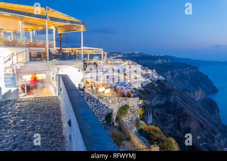Blick auf griechische Restaurant mit Blick auf das Meer in Fira in der Dämmerung, Firostefani, Santorini (Thira), Kykladen Inseln, Griechische Inseln, Griechenland, Europa Stockbild