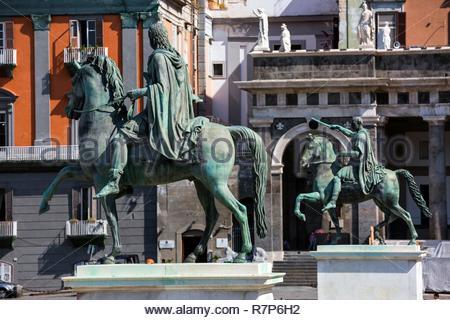 Italien, Kampanien, Neapel, historischen Zentrum als Weltkulturerbe von der UNESCO, der Piazza del Plebiscito, Reiterstandbild von Ferdinand I. Stockbild