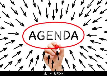 Handzeichnung Agenda Pfeile Konzept mit Marker auf Transparenten abwischen Board auf Weiß isoliert. Stockbild