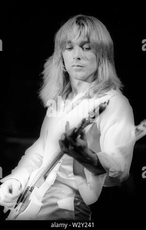 LOS ANGELES, Ca - Juni 04: Musiker Robin Zander von Cheap Trick in einem Konzert ca. 1977 an verschiedenen Orten in Los Angeles, Kalifornien. Stockbild
