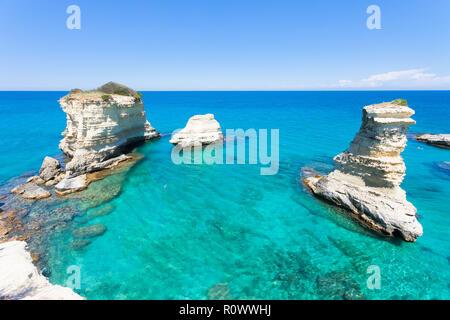 Sant Andrea, Apulien, Italien - Relaxen am Strand des berühmten Klippen Stockbild