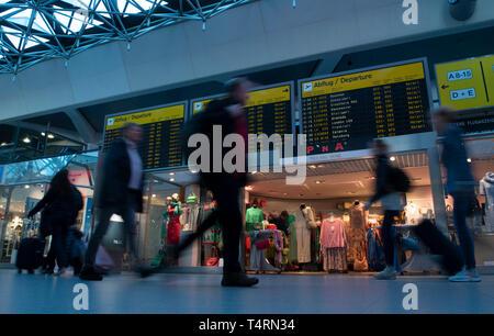 Berlin, Deutschland. 19 Apr, 2019. Reisende, vorbei an Schautafeln im Tegeler Flughafen Terminal. Credit: Paul Zinken/dpa/Alamy leben Nachrichten Stockbild