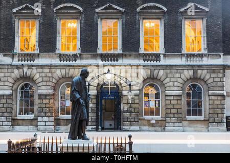 England, London, Southwark, London Bridge City, Kerle, Krankenhaus, Statue von Thomas Kerl und Kerle Kapelle Stockbild