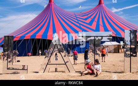 Die Buchstaben LATI der riesigen Latitude-Zeichen vor dem BBC Music Bühne unter Festivalbesucher am Latitude Festival 2018 gesehen. Stockbild