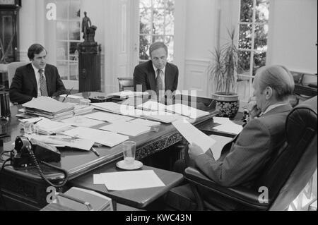 Präsident Gerald Ford Treffen mit David Mathews (rechts) und Dick Cheney. Mathews war Sekretär der HEW Stockbild