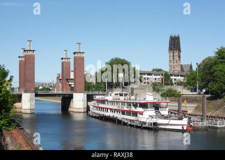 Duisburger Außenhafen und Schwanentorbrücke Salvatorkirche Schiff, Duisburg, Ruhrgebiet, Nordrhein-Westfalen, Deutschland Ich Duisburger Außenhafen und Stockbild