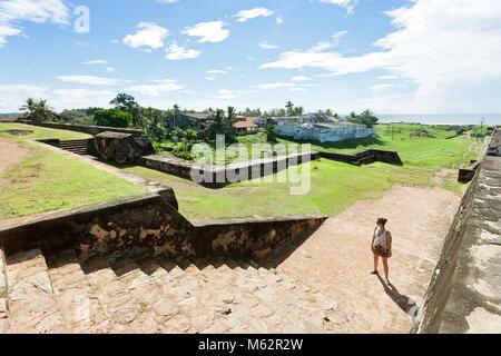 Galle, Sri Lanka, Asien - eine Frau, die vor einigen historischen mittelalterlichen Stadtmauer Treppen in Galle Stockbild