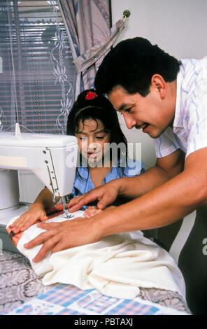 Vater lehrt Tochter wie die Nähmaschine HERR © Myrleen Pearson..... Ferguson Cate zu verwenden Stockbild