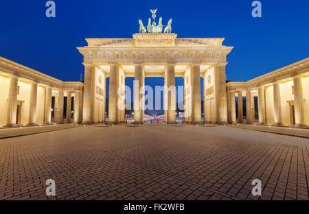 Das berühmte Brandenburger Tor in Berlin ist bei Nacht beleuchtet. Stockbild