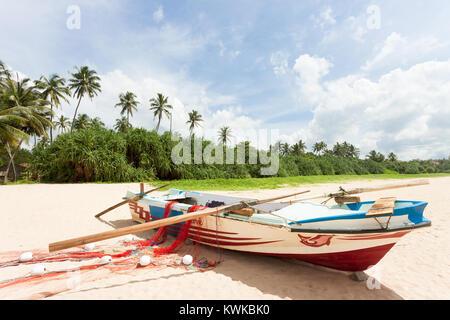 Asien - Sri Lanka - induruwa - ein Fischerboot am Strand Stockbild