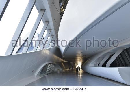 Futuristische Inside Passage der Brücke Pavillon, Fußgängerbrücke über den Fluss Ebro in Zaragoza Spanien. Von Zaha Hadid Architects entworfen. Stockbild