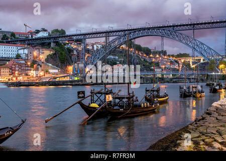 Traditionelle Rabelo Boote, Douro, Stadtbild, Panorama, Dämmerung, Porto, Portugal Stockbild