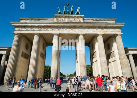 Viele Touristen am Brandenburger Tor in Berlin Deutschland Stockbild