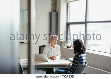 Unternehmerinnen im Gespräch im Büro Stockbild